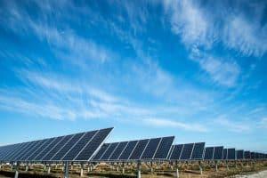 Mehrere Solaranlagen auf einem Feld