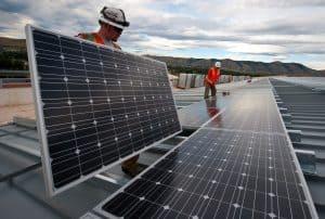 Männer bringen Solaranlagen von Solarworld an