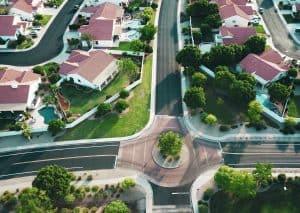 Vorstadt Immobilien im Grünen mit roten Dächern