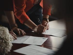 Zwei Leute unterschreiben Smart Contracts